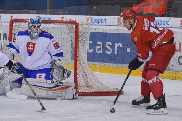 Brankár Andrej Košarišťan počas zákroku.