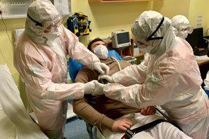 Lekári v prvej línii boja proti pandémii koronavírusu dostanú odmeny.