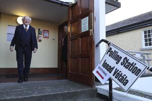 Prezident Michael Higgins opúšťa volebnú miestnosť.