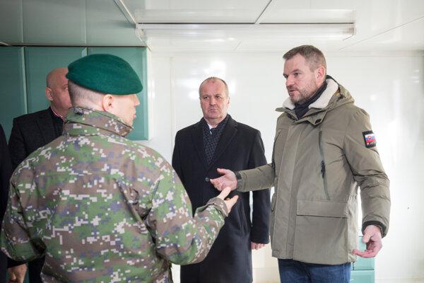 Predseda vlády SR Peter Pellegrini (vpravo) a minister obrany Peter Gajdoš (v strede) počas prezentácie mobilnej nemocnice, ktorá môže byť použitá v prípade krízových situácií.