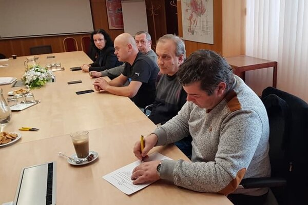 Starostovia podpisujú zmluvu o vzniku združenia.