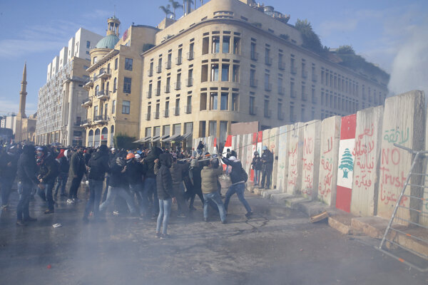 Libanons.kí demonštranti sú zasiahnutí slzotvorným plynom počas zrážok s príslušníkmi poriadkových síl.