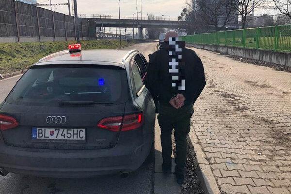 Tridsaťjeden ročného Bratislavčana, ktorý šoféroval napriek zákazu, chytili policajti v bratislavskej Petržalke.