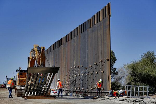 Na archívnej snímke z 10. septembra 2019 je výstavba múru na americko-mexických hraniciach pozdĺž rieky Colorado v Yume, americký štát Arizona.