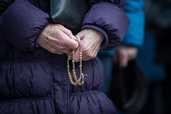 Veriaci počas protestu proti Istanbulskému dohovoru s modlitbami, ktorý zorganizoval Slovenský dohovor za rodinu na Námestí slobody v Bratislave.