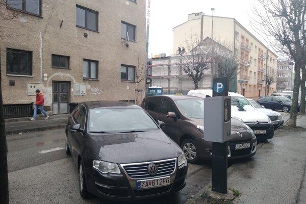 Štefániková ulica. Priečnemu parkovaniu bude koniec.