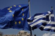 Grécka vlajka a vlajka Európskej únie.