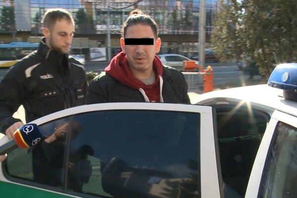 Alžírčana odvážajú policajti do väzby.