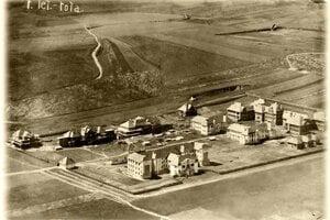 Letecký záber z roku 1920 ukazuje pohľad na nedostavanú nemocnicu. Práce zabrzdila I. svetová vojna.