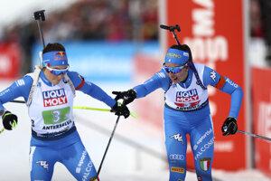 Na snímke vpravo Talianka Lisa Vittozziová odovzdáva štafetu, vľavo jej krajanka Dorothea Wiererová v súťaži miešaných štafiet na 4x6 km na MS v biatlone v talianskej Anterselve.