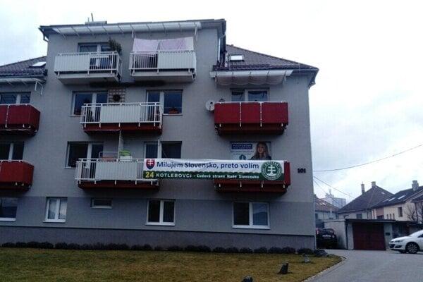 Po vyše týždni zvesili z balkónov obyvatelia na Sokolskej ulici vo Zvolene svoje protifaštistické transparenty, ktorými protestovali proti transparentu a vlajke extrémistickej ĽSNS.