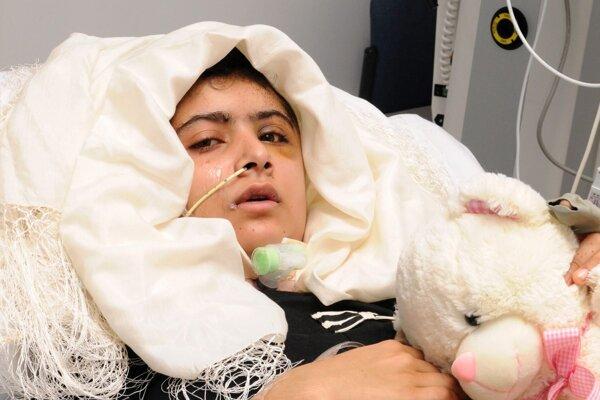 Postrelené pakistanské dievča Malála Júsafzajová 19. októbra 2012 na nemocničnom lôžku v Nemocnici kráľovnej Alžbety v Birminghame.
