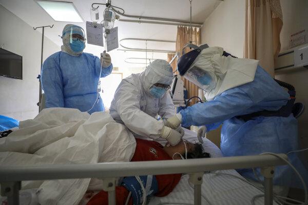 Liečba pacienta s koronavírusom v čínskej nemocnici vo Wuchane 16. februára 2020.
