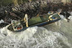 Opustenú nákladnú loď Alta vyplavilo pri pobreží Írska.