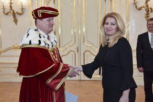 Na snímke znovuvymenovaný rektor Technickej univerzity vo Zvolene Rudolf Kropil počas vymenovania rektorov vysokých škôl prezidentkou Zuzanou Čaputovou (vpravo), 18. februára 2020 v Bratislave.