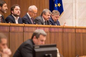 Vpravo hore Robert Fico a ďalší poslanci počas mimoriadnej schôdze parlamentu.