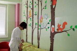 Steny na detskom oddelení spestrujú maľby.