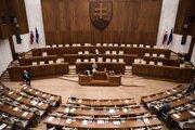 Poslanci pokračujú v blokovaní mimoriadnej schôdze.