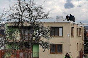 Dom, z ktorého odfúklo strechu. Chlapi ho už opravujú.