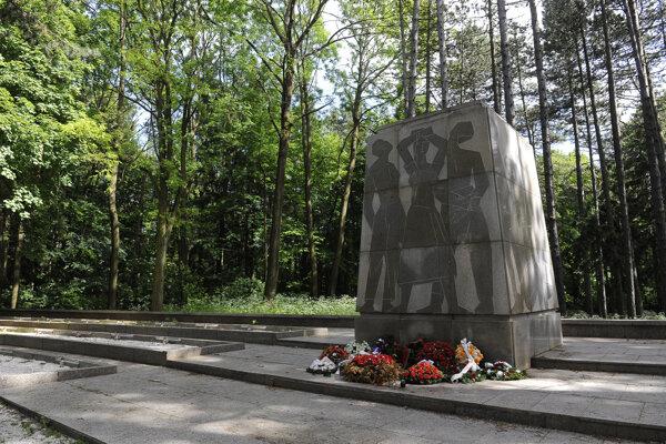 Pamätník umučených v lesoparku Brezina.
