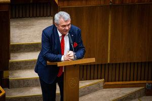 Poslanec Peter Marček pri alternatívnom rečníckom pulte.