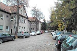 Riešiť sa má aj parkovanie pri ZUŠ na Mudroňovej ulici.