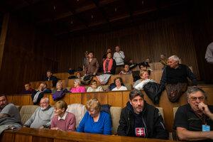 Dôchodcovia na balkóne počas mimoriadnej schôdze parlamentu.
