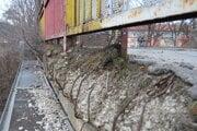 Most na Škultétyho ulici sa rozpadáva.