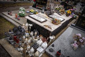 Okolo hrobu Jána Kuciaka je podľa jeho otca Jozefa vždy veľa sviečok. Minule to bola vlajka od Slováka z Kanady, spomína si.