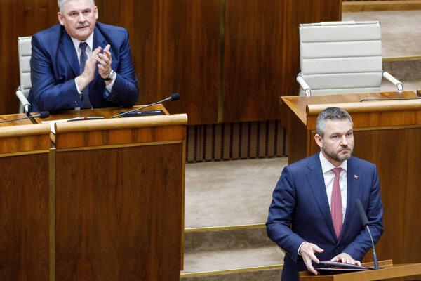 Minister práce, sociálnych vecí a rodiny SR Ján Richter a predseda vlády SR Peter Pellegrini počas rokovania pokračujúcej mimoriadnej 58. schôdze Národnej rady.