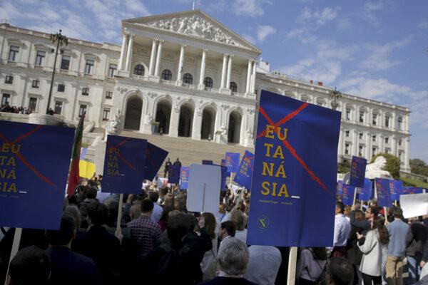 Počas rozpravy o zákonoch pred budovou parlamentu proti legalizácii demonštrovali stovky protestujúcich.