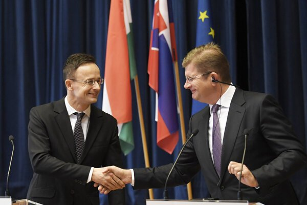 Minister hospodárstva SR Peter Žiga (vpravo) a minister zahraničných vecí a obchodu Maďarskej republiky Péter Szijjártó.