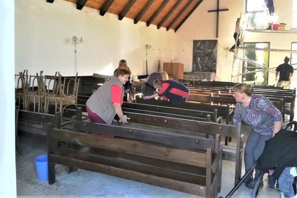 Posledné úpravy vo vynovenom Dome smútku v Krpeľanoch.