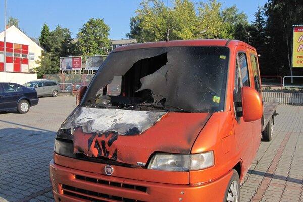 Ohorené auto stálo v strede veľkého parkoviska na Dlhej ulici v Prievidzi.
