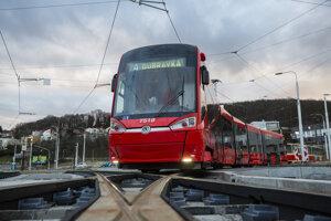 Električka s označením Dúbravka počas novinárskej jazdy po zmodernizovanej časti Dúbravsko-Karloveskej radiály deň pred odovzdaním do užívania v Bratislave.