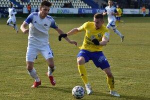 Exmichalovčan Oliver Podhorin (vľavo) bráni strelca rozhodujúceho gólu Milana Kvoceru.