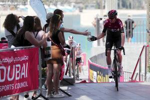 Britský cyklista Chris Froome sa zdraví s fanúšikmi pred štartom prvej etapy pretekov UAE Tour.