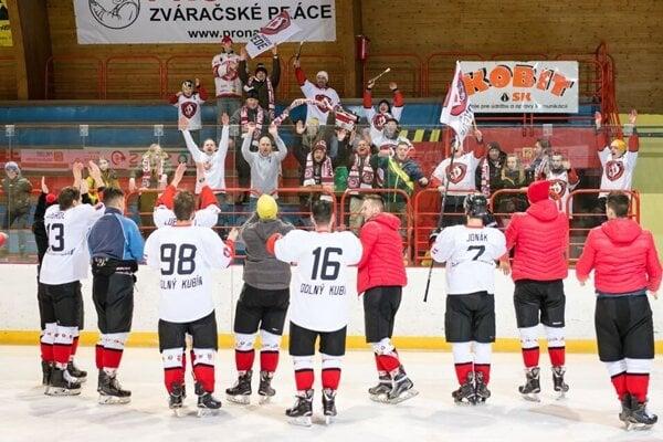 Hokejoví fanúšikovia v Dolnom Kubíne ostali cez víkend bez mužských zápasov.