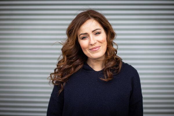 Herečka Soňa Norisová v súčasnosti účinkuje v seriáli Hniezdo, od 3.marca ju môžete vidieť aj v seriáli Červené pásky.