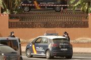 Španielska polícia pred hotelom na Tenerife.