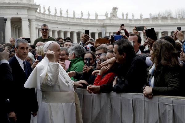 Pápež František sa prihovára návštevníkom na Námestí svätého Petra vo Vatikáne.