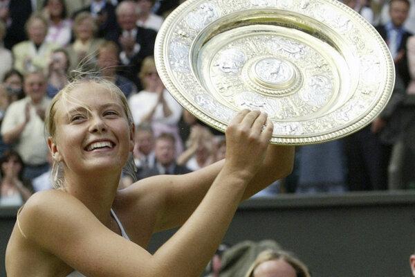 Na snímke z 3. júla 2004 tenistka Maria Šarapovová s víťaznou trofejou na grandslamovom turnaji vo Wimbledone.