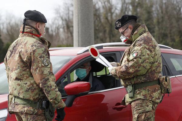 Talianski policajti s rúškami.