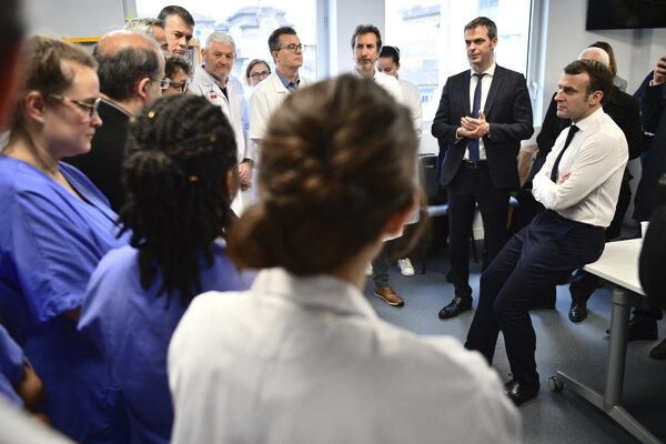Francúzsky prezident Emmanuel Macron na návšteve personálu vo verejnej fakultnej nemocnici La Pitié-Salpetriere v Paríži.