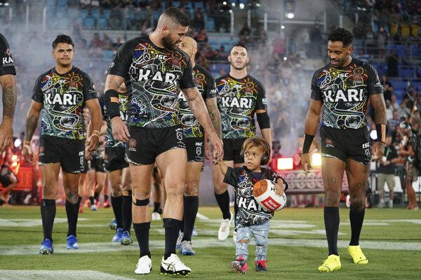 Deväťročný Quaden Bayles privádza na ihrisko hráčov tímu Indigenous All Stars pred zápasom Národnej rugbyovej ligy proti Maori Kiwis.