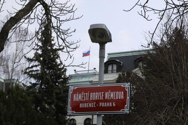 Námestie Pod kaštany pred ruskou ambasádou v Prahe premenovali na Námestie Borisa Nemcova.