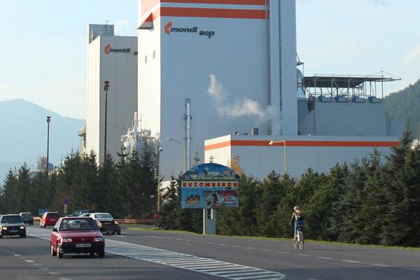 Fabriku od hlavnej cesty oddeľuje stromoradie.
