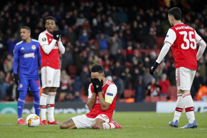 Pierre-Emerick Aubameyang (v strede) po prehre Arsenalu Londýn proti Olympiakosu Pireus.