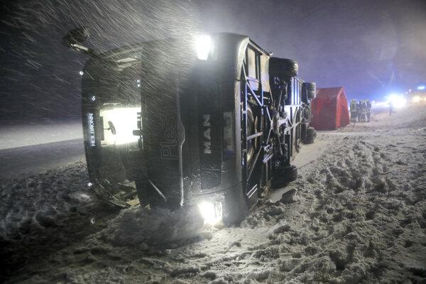 Pri Tomerdingene v južnom Nemecku sa v dôsledku silného vetra prevrátil aj autobus z Chorvátska.
