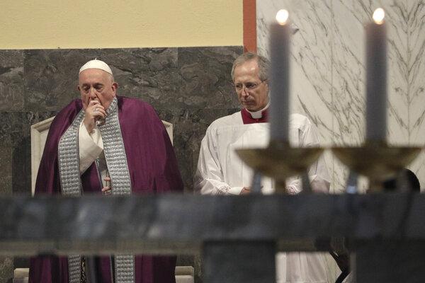 Pápež František (vľavo) počas obradov Popolcovej stredy.